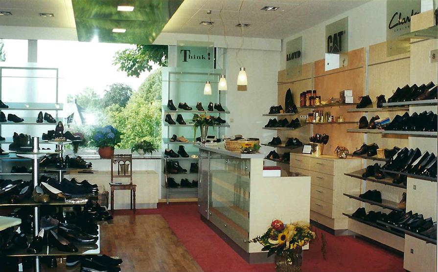 Die Schuhregale und Kasse von Schuhmoden Heimann in dem Jahr 2000